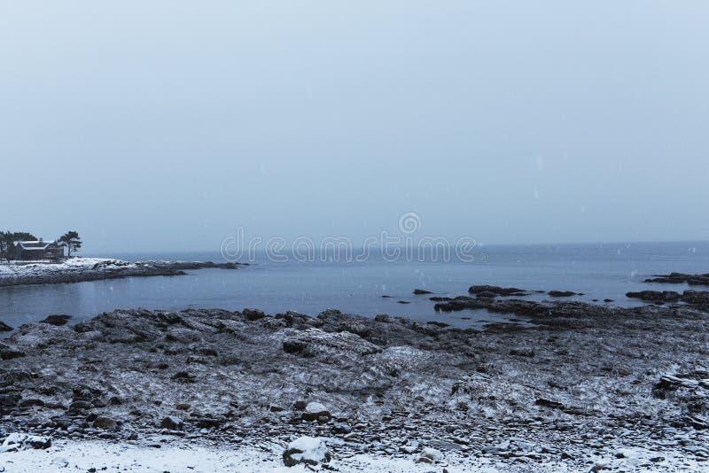 Côte rocheuse de l'Océan Atlantique couvert de neige Hiver sombre l'Océan Atlantique LES Etats-Unis maine photographie stock libre de droits
