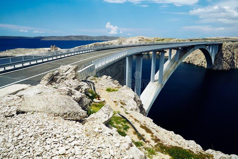 Côte rocheuse de la région centrale de la Croatie avec le pont concret reliant deux îles croates images libres de droits