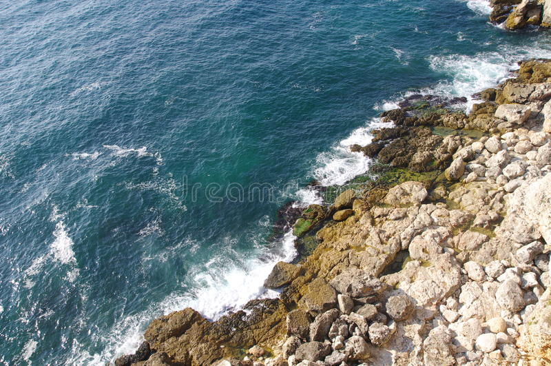 Côte rocheuse sauvage de bryag de Kamen, Bulgarie images stock