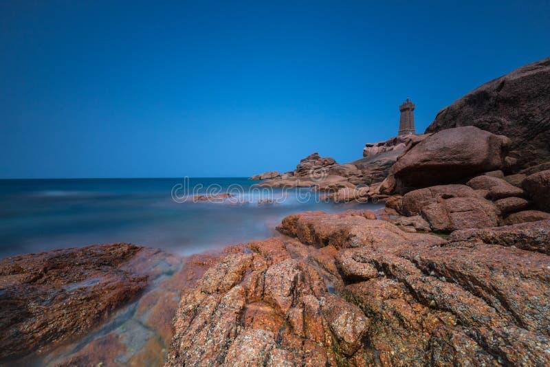 Côte rose de granit de la France de phare de Ploumanach photographie stock