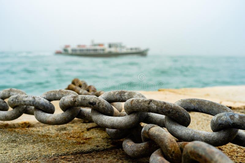 Côte sèche de Rusty Ship Anchor Chain On dans le port photo stock