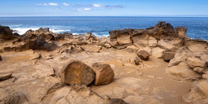 Côte volcanique rocheuse rocailleuse photo stock