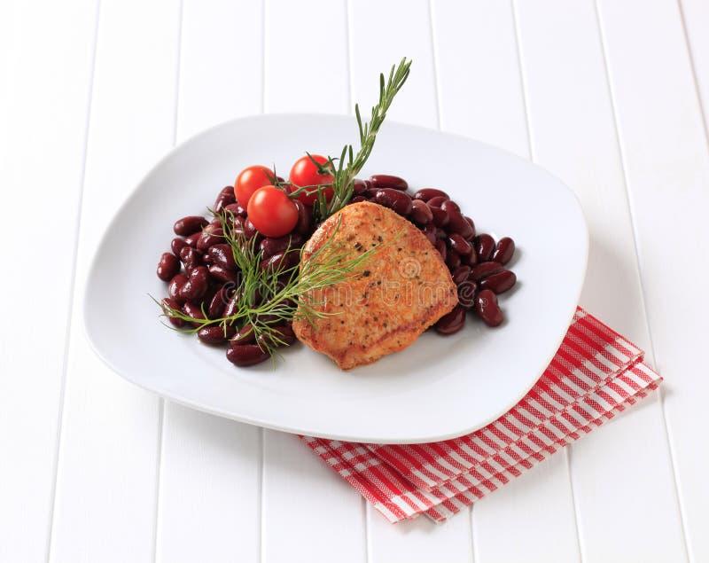 Côtelette de porc marinée avec les haricots rouges images stock