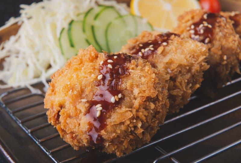 Côtelette de porc ou menchikatsu cuite à la friteuse japonaise photos stock