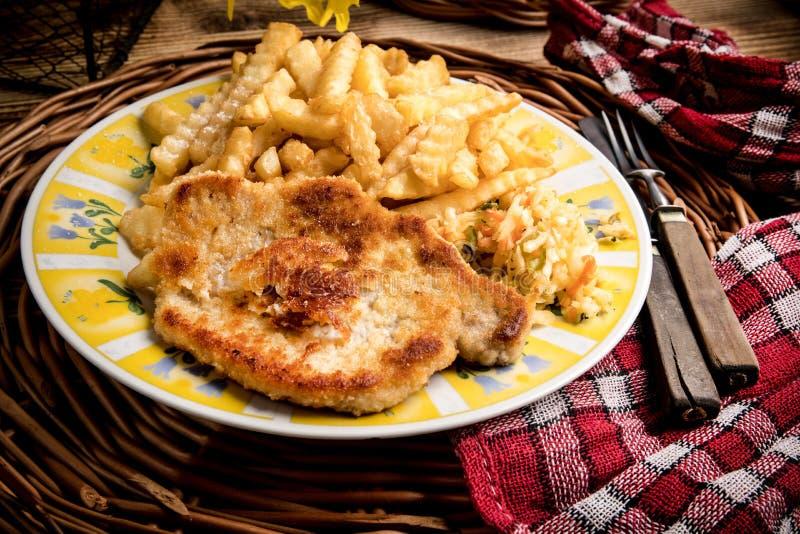 Côtelette de porc, pommes frites et légumes images libres de droits