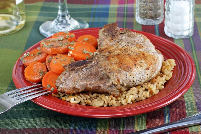 Côtelette de porc, riz et dîner de raccord en caoutchouc. images stock