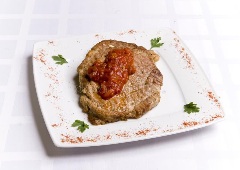 Côtelette de repas avec la sauce tomate photos stock