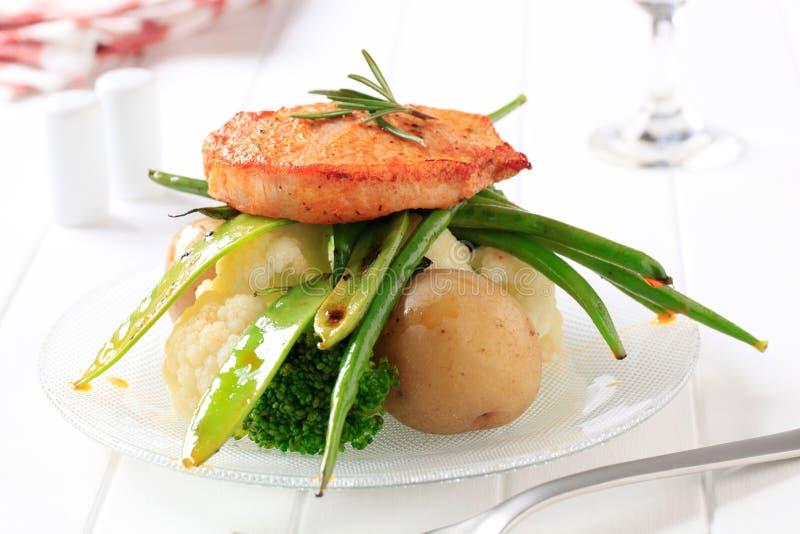 Côtelette et légumes de porc marinée photos libres de droits