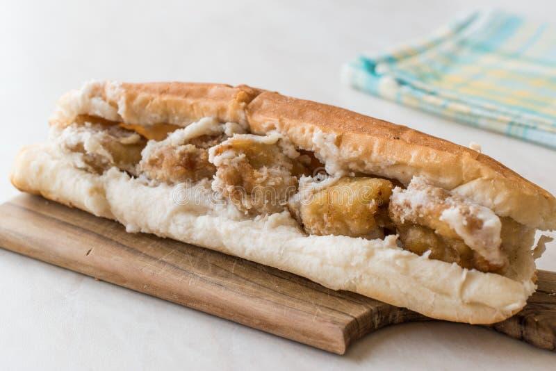 Côtelette turque de nourriture de rue Fried Mussels/Midye Tava Sandwich photographie stock libre de droits