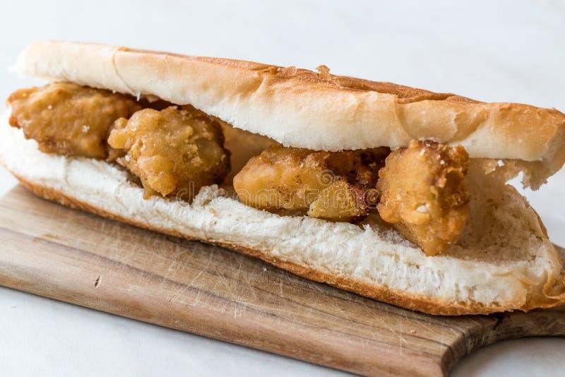 Côtelette turque de nourriture de rue Fried Mussels/Midye Tava Sandwich images stock