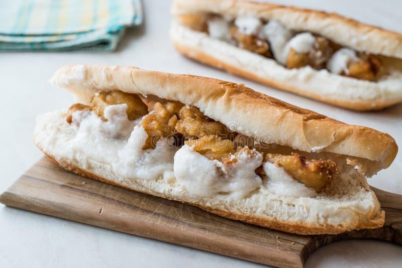 Côtelette turque de nourriture de rue Fried Mussels/Midye Tava Sandwich image libre de droits