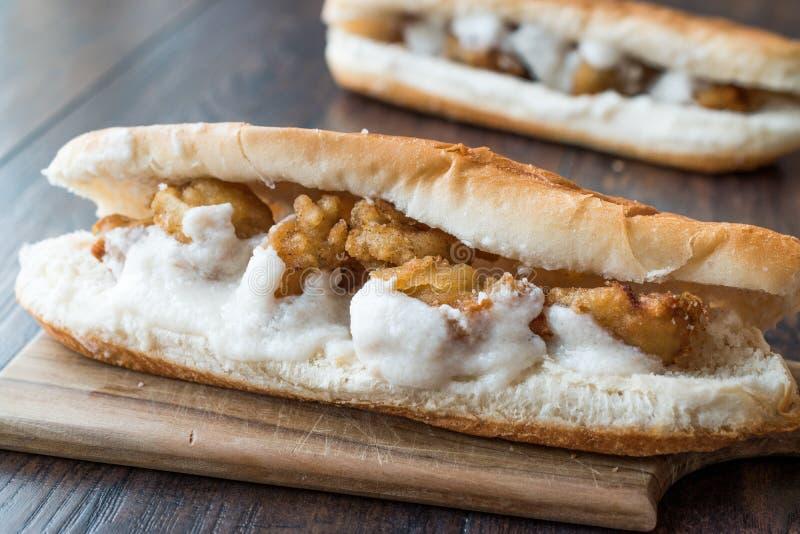 Côtelette turque de nourriture de rue Fried Mussels/Midye Tava Sandwich photographie stock