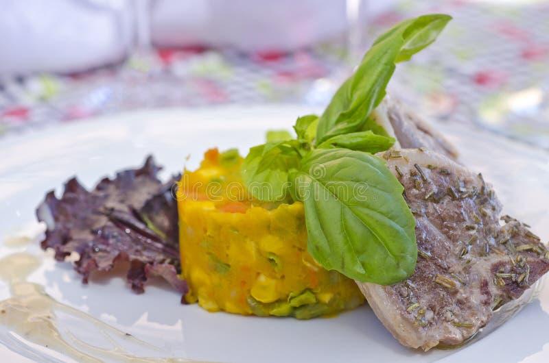 Côtelettes d'agneau grillées tout entier servies avec des légumes photo stock