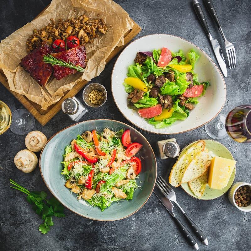 Côtes découvertes grillées chaudes épicées avec du sarrasin, la salade avec l'agrume et le foie de poulet grillé, la salade avec  image stock