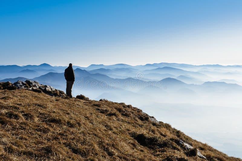 Côtes de montagne et silhouette brumeuses d'un homme photos stock