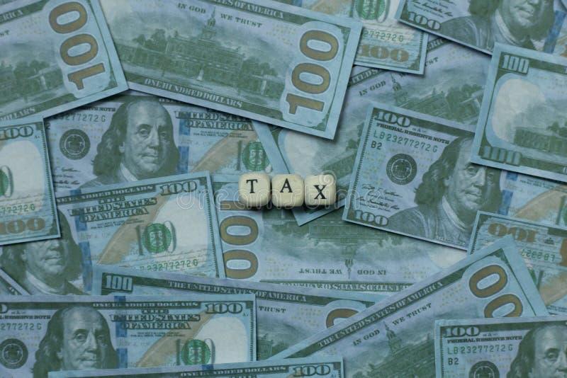 Cúbico de madeira do imposto na cédula para o índice do negócio fotografia de stock