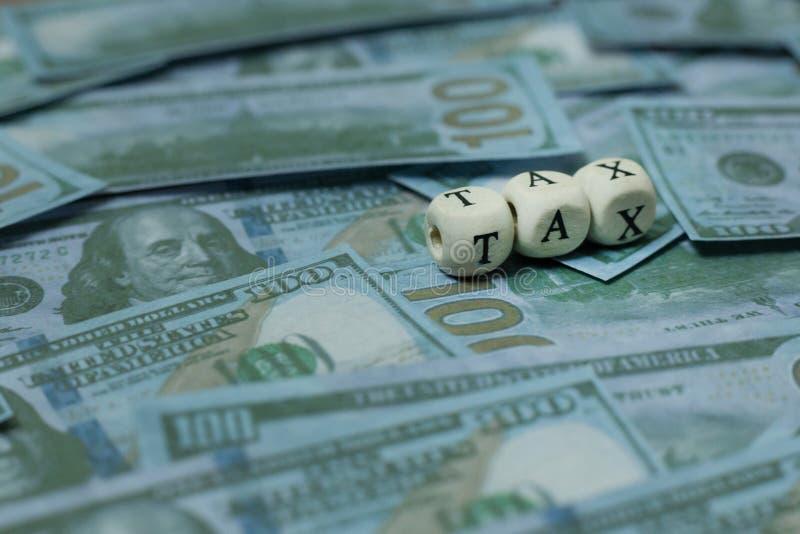 Cúbico de madeira do imposto na cédula para o índice do negócio fotos de stock royalty free