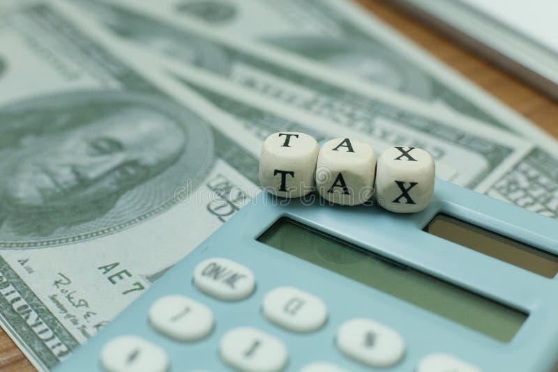 Cúbico de madeira do imposto na tabela de trabalho para o índice do negócio imagem de stock royalty free