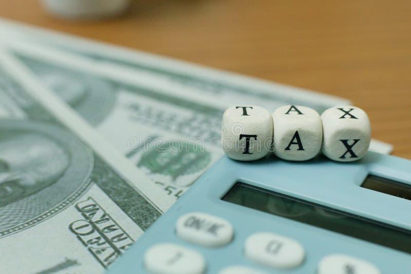 Cúbico de madeira do imposto na tabela de trabalho para o índice do negócio imagens de stock