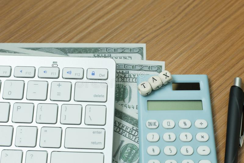 Cúbico de madeira do imposto na tabela de trabalho para o índice do negócio foto de stock