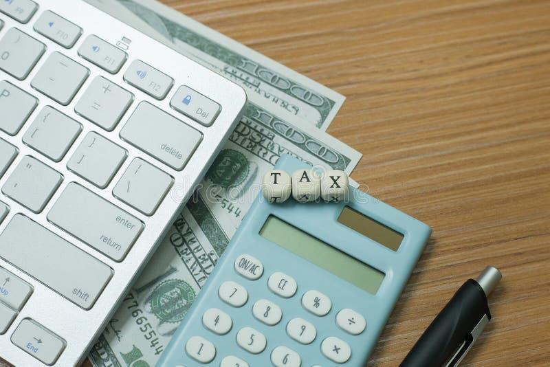 Cúbico de madeira do imposto na tabela de trabalho para o índice do negócio imagem de stock