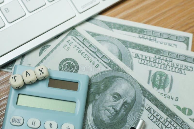 Cúbico de madeira do imposto na tabela de trabalho para o índice do negócio foto de stock royalty free