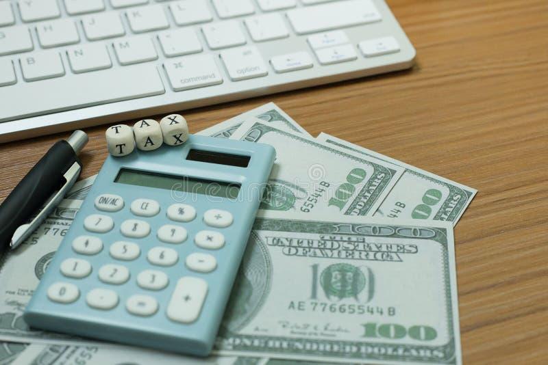 Cúbico de madeira do imposto na tabela de trabalho para o índice do negócio fotografia de stock royalty free