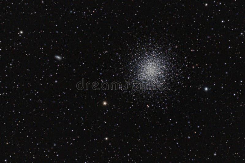 Cúmulo de estrellas globular M13, a través de mi telescopio aficionado, fuera de mi patio trasero foto de archivo