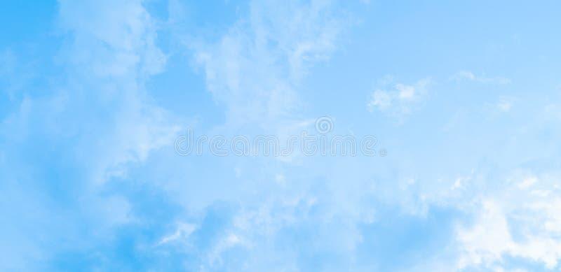 Cúmulo de nubes y del fondo del extracto del cielo azul fotografía de archivo libre de regalías