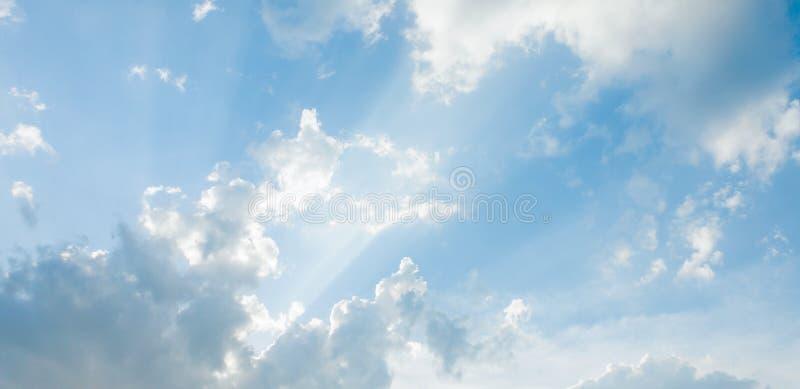 Cúmulo de nubes y del fondo del extracto del cielo azul fotos de archivo libres de regalías