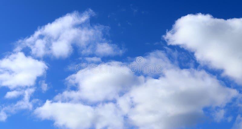 Cúmulo y nubes de cirro blancos mullidos hermosos en un cielo azul profundo foto de archivo libre de regalías