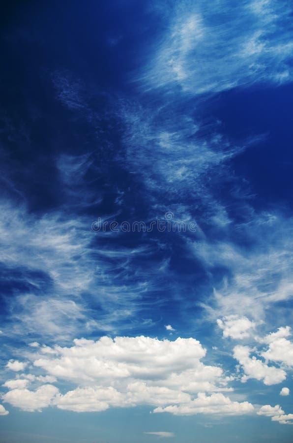 Cúmulo y nubes de cirro en un día soleado fotos de archivo libres de regalías