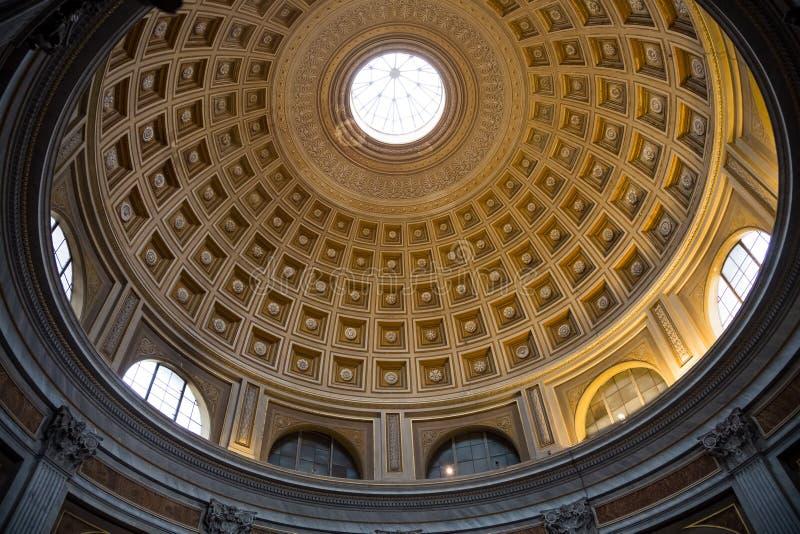 Cúpula adentro del pasillo redondo rojo en museo del Vaticano foto de archivo libre de regalías