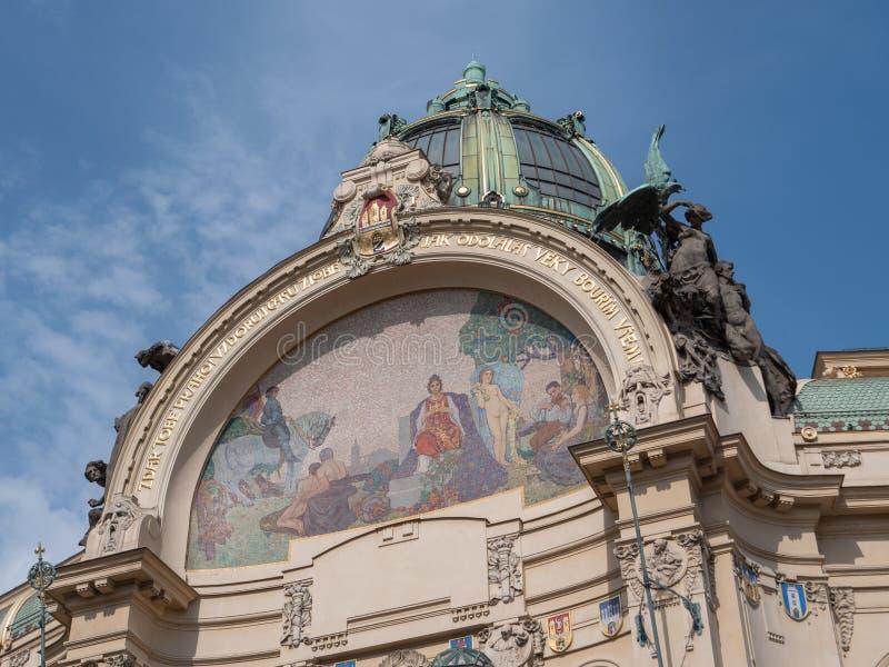 Cúpula da Câmara Municipal chamada Obecni Dum em checo em Praga imagem de stock