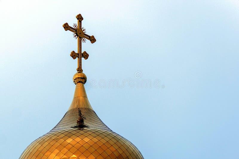 Cúpula de capilla dorada contra el cielo azul imagenes de archivo
