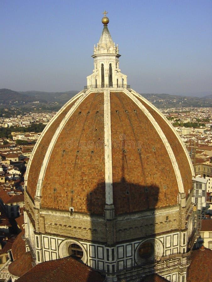 A cúpula de Florence Cathedral Santa Maria del Fiore da abóbada projetou pela sombra do Campanile de Brunelleschi e de Gioto s foto de stock royalty free