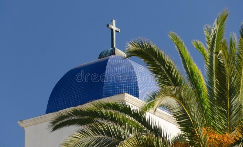 Cúpula y cruz de la Iglesia de la Inmaculada Concepción al lado de una palmera foto de archivo libre de regalías