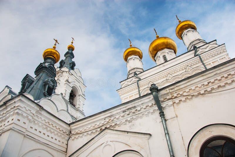 Cúpulas e torres da catedral ortodoxo velha foto de stock