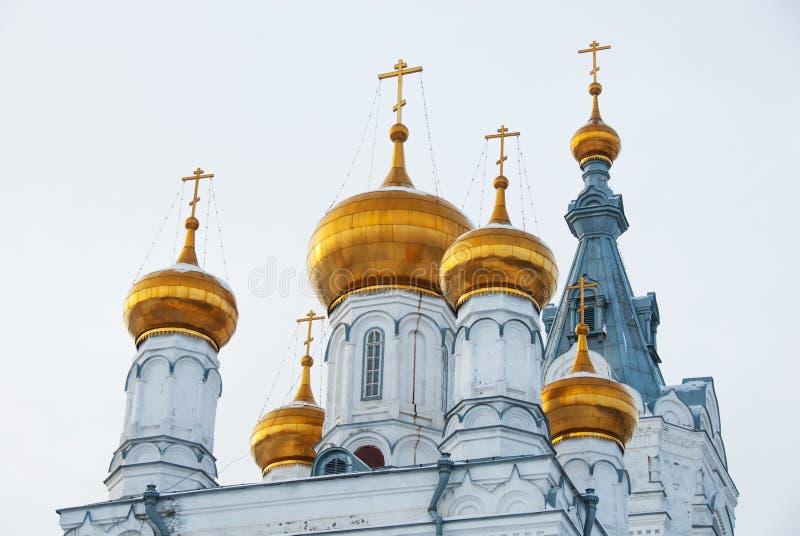 Cúpulas e torres douradas da catedral ortodoxo velha imagem de stock royalty free