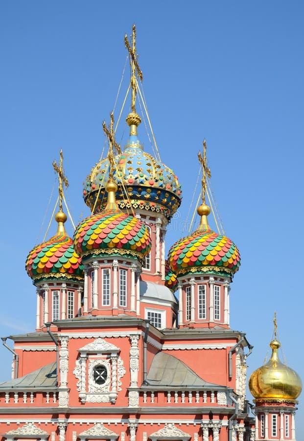 Cúpulas multicoloras de la iglesia ortodoxa rusa fotografía de archivo libre de regalías