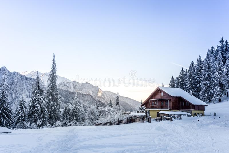 33c 1月横向俄国温度ural冬天 瑞士山中的牧人小屋在布切吉山脉 库存照片