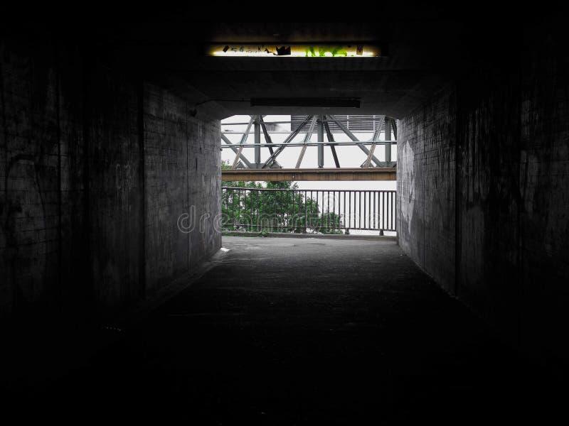 C'è sempre una luce in vostri percorsi più scuri fotografie stock