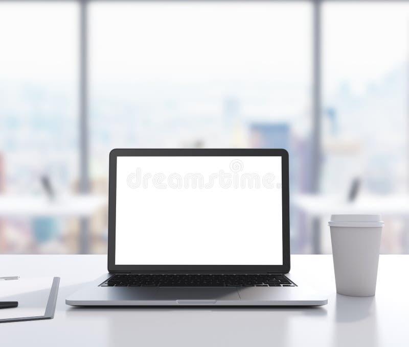C'è un computer portatile con lo schermo bianco dello spazio della copia, blocco note e una tazza di caffè sulla tavola rappresen immagini stock