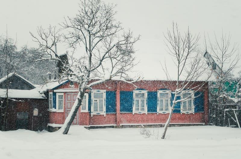 33c 1月横向俄国温度ural冬天 雪的木小屋 库存照片