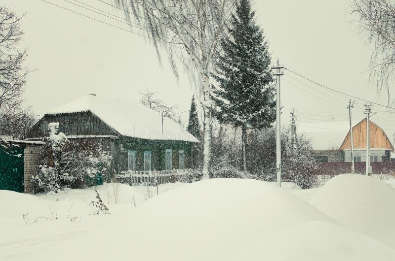 33c 1月横向俄国温度ural冬天 雪的木小屋 免版税库存图片
