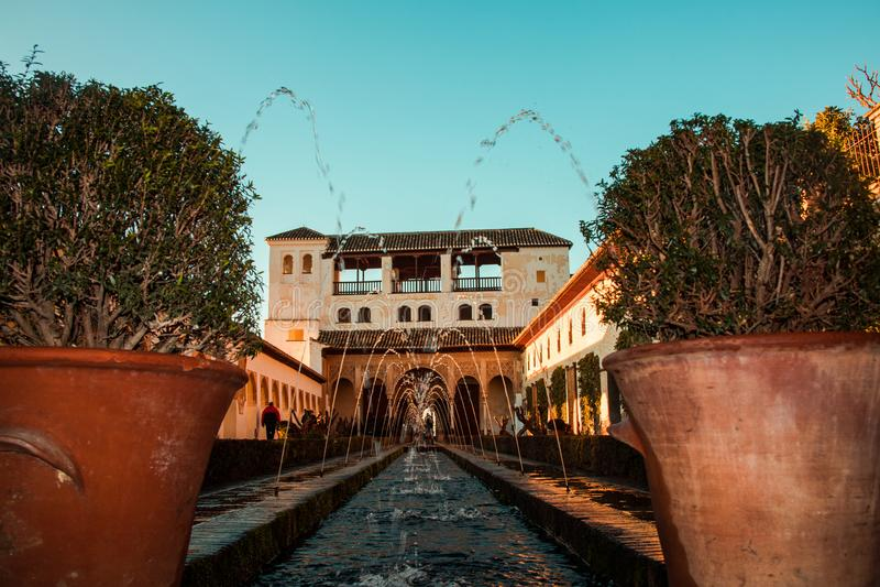 $c-andalusisch terras met fontein en een achtergrondhuis stock foto