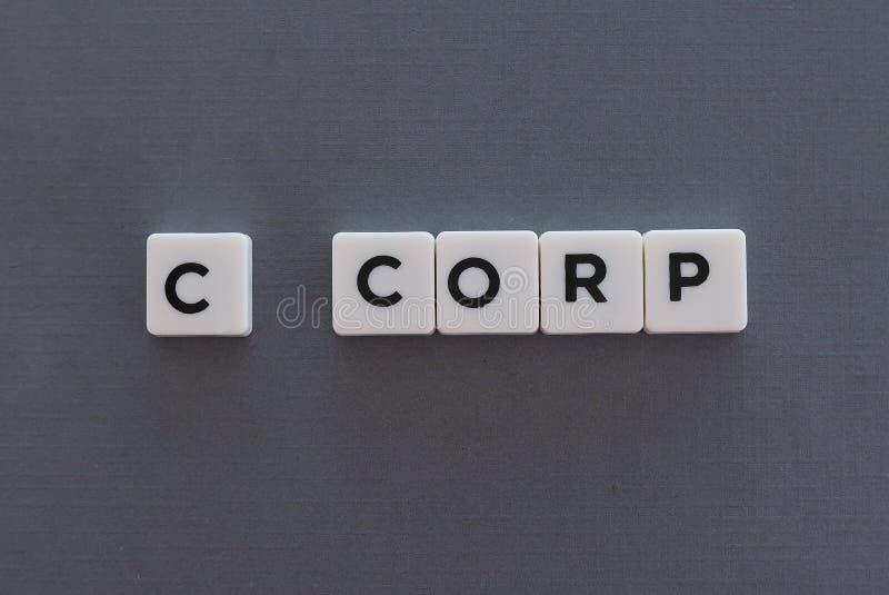 C corp woord dat van vierkant brievenwoord wordt gemaakt op grijze achtergrond royalty-vrije stock afbeelding