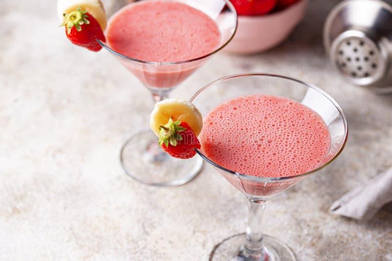 C?ctel alcoh?lico de la fresa dulce del verano foto de archivo