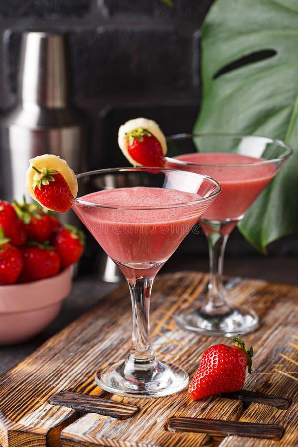 C?ctel alcoh?lico de la fresa dulce del verano fotografía de archivo libre de regalías