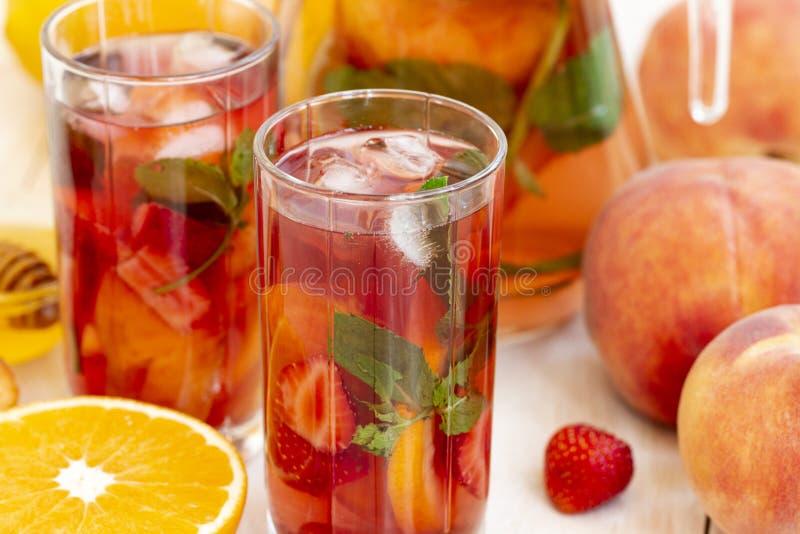 C?cteles sanos de la baya Mojito o limonada de restauración de la frambuesa de las bebidas, de la fruta y de la baya del verano c imágenes de archivo libres de regalías